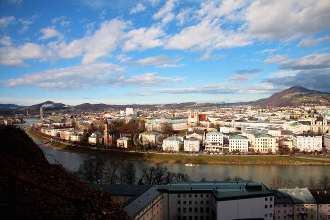 Stadt-Landschaft mit Fluss — Stockfoto