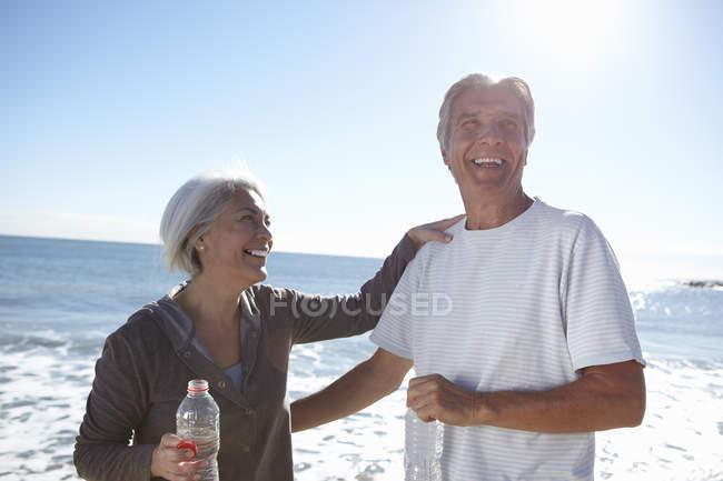 Retrato de casal feliz à beira-mar — Fotografia de Stock