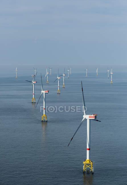 Parc éolien offshore avec les éoliennes dans l'eau — Photo de stock