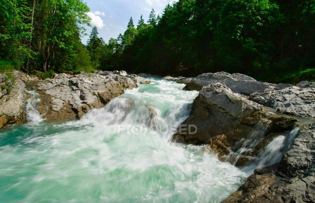 Rocky river en paisaje rural - foto de stock