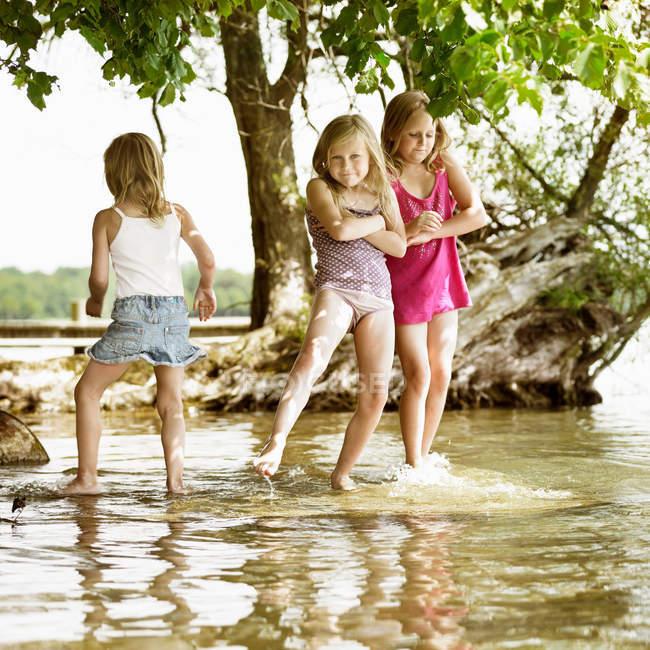 Ragazze sorridenti che giocano nel lago, concentrarsi sul primo piano — Foto stock