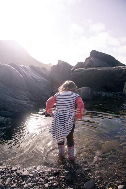 Fille jouant dans la piscine d'eau, Millook Beach, Cornouailles — Photo de stock