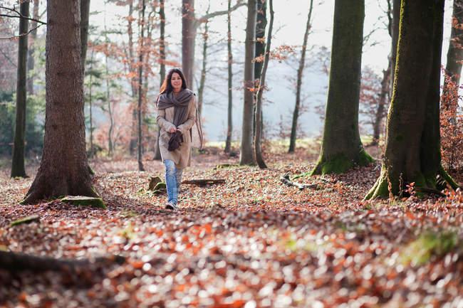 Mulher mais velha andando na floresta — Fotografia de Stock