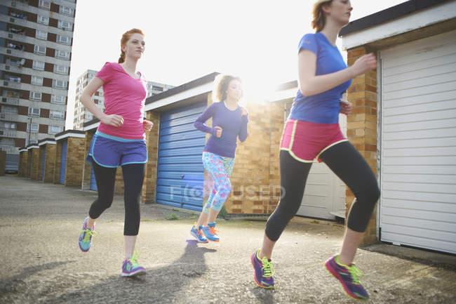 Три женщины, осуществляющие и бегом вместе — стоковое фото