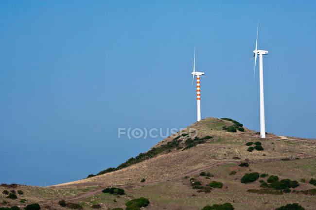Mulini a vento con vista sul paesaggio — Foto stock