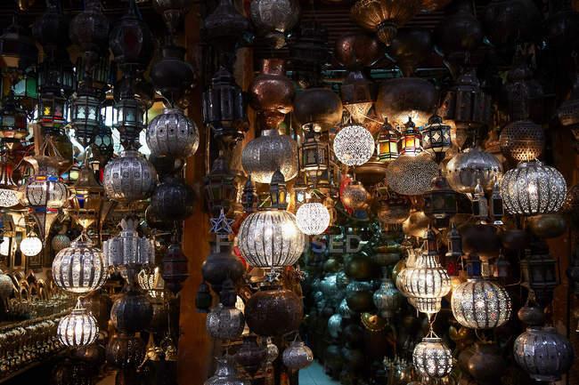 Багато прикрашений металеві ліхтарі для продажу — стокове фото