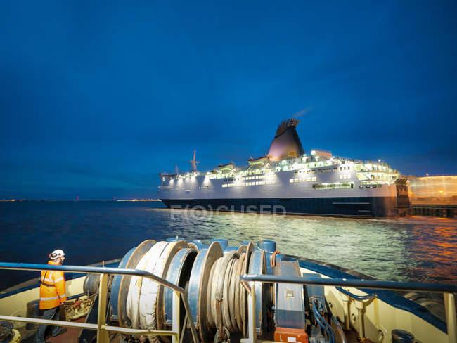 Vista del traghetto passeggeri verso il mare di notte, come si vede dal rimorchiatore — Foto stock