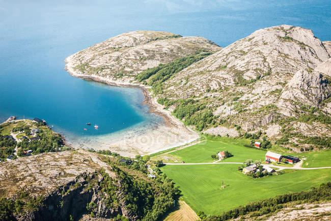Vista de la costa rocosa - foto de stock