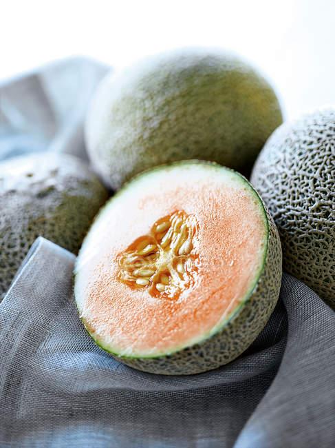Close-up shot de melão maduro cortados ao meio — Fotografia de Stock