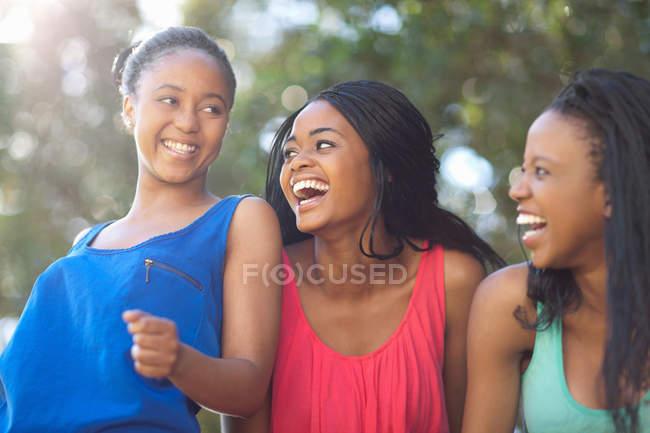 Donne sorridenti che camminano all'aperto — Foto stock