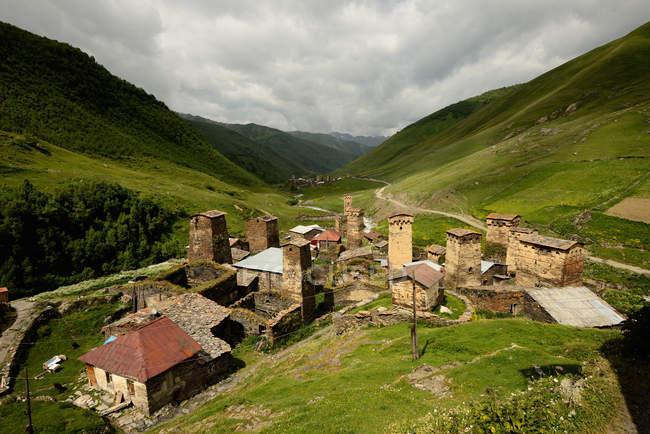 Вид старых разрушенных Сванетских башен в долине — стоковое фото