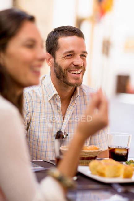 Amigos conversando ao jantar — Fotografia de Stock