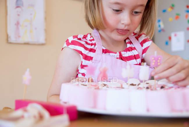 Chica hornear en la cocina, enfoque selectivo - foto de stock