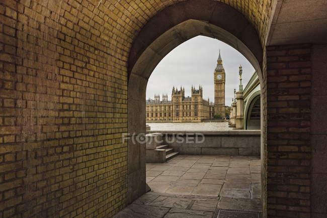 Vue de Big Ben et le Parlement, vu par arche, Londres, Angleterre — Photo de stock