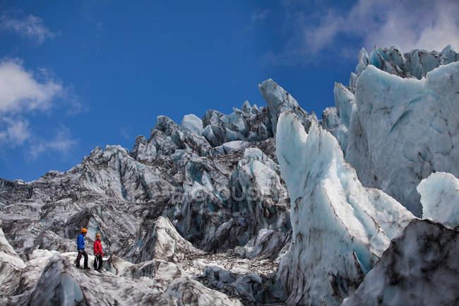 Los excursionistas admiran el paisaje glaciar - foto de stock
