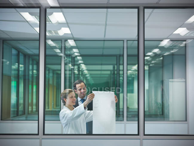 Scientists discuss plans in office — Stock Photo