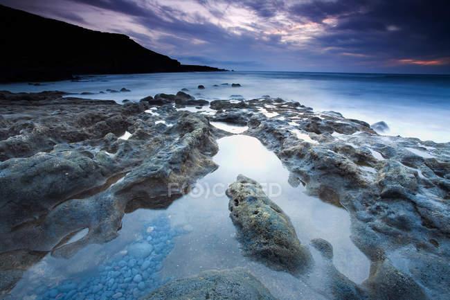 Moss-covered rocks on coastline — Stock Photo