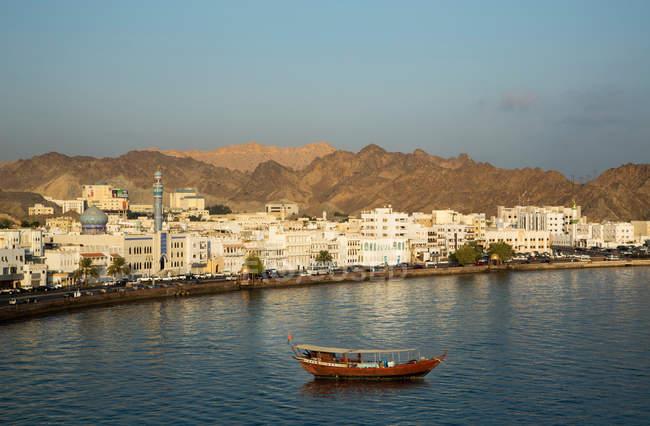 Skyline von Muscat und waterfront — Stockfoto