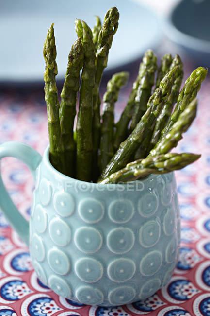 Pointes d'asperges dans la tasse — Photo de stock