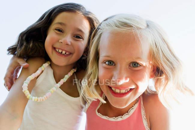 Close up di ragazze che si abbracciano all'aperto — Foto stock