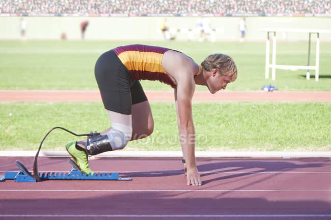 Инвалиды-спринтеры на стартовой позиции на стадионе — стоковое фото