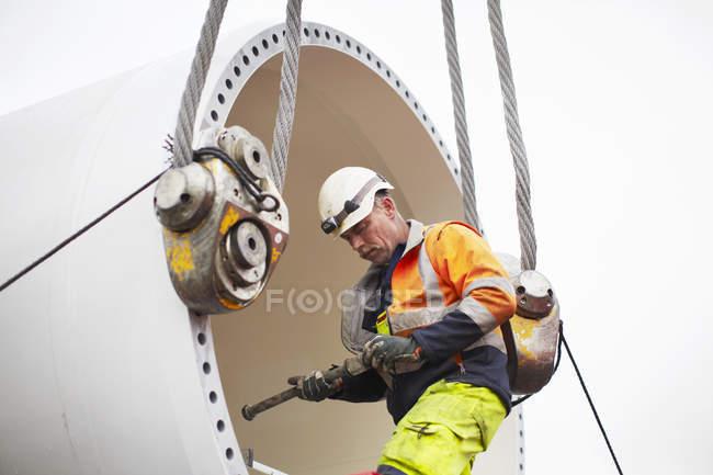 Инженер, работающий на площадке для строительства ветряных турбин — стоковое фото