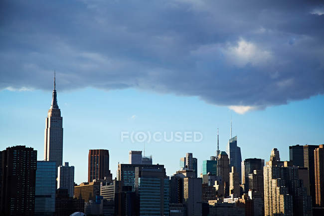 Stadtbild von New York unter Wolke — Stockfoto