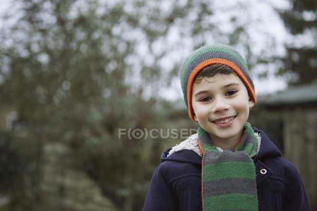 Retrato de menino em chapéu de malha ao ar livre — Fotografia de Stock