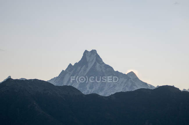 Снег ограничен горные пик — стоковое фото