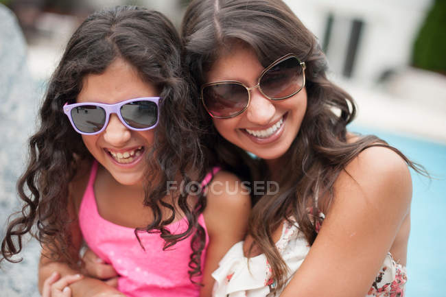 Mãe e filha usando óculos de sol — Fotografia de Stock