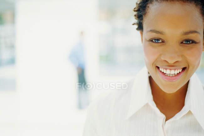 Крупный план деловой женщины с улыбкой на лице — стоковое фото