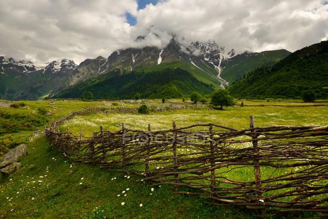 Ручні ткані паркан і далеких гір — стокове фото