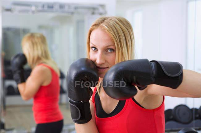 Boxer mit Handschuhen im Fitness-Studio trainieren — Stockfoto