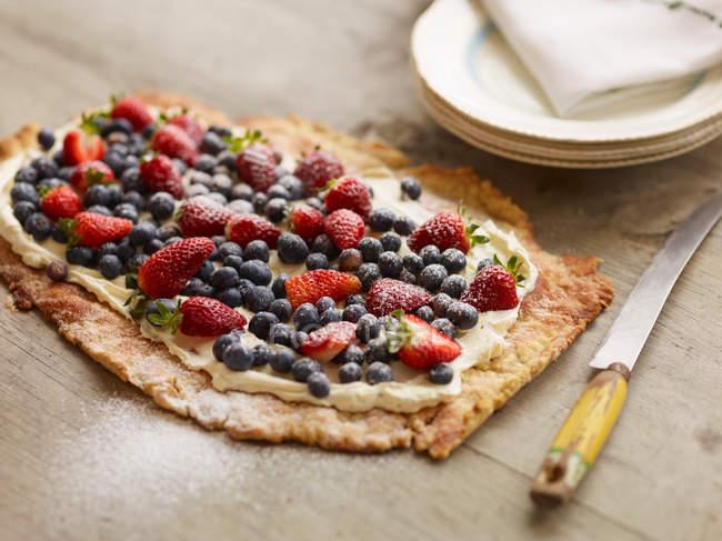 Torte mit Beeren und Sahne — Stockfoto