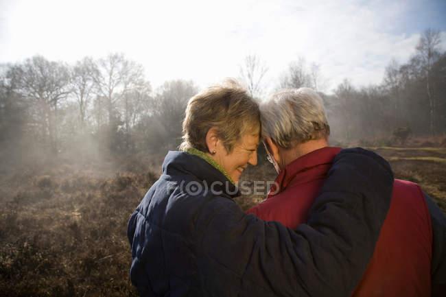 Пара на пенсии обнимается на улице — стоковое фото