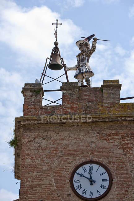 Напівзруйнований статуя на баштою з хмарного неба на тлі — стокове фото