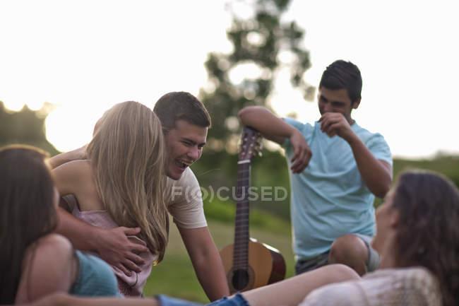 Группа молодых друзей смеется на открытом воздухе — стоковое фото