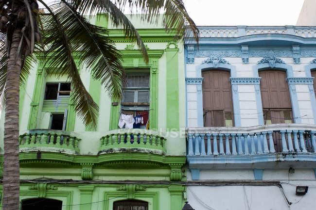 Costruzioni di appartamento dai colori vivaci — Foto stock