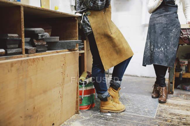Обрезанный вид двух молодых ремесленниц в трубной мастерской — стоковое фото
