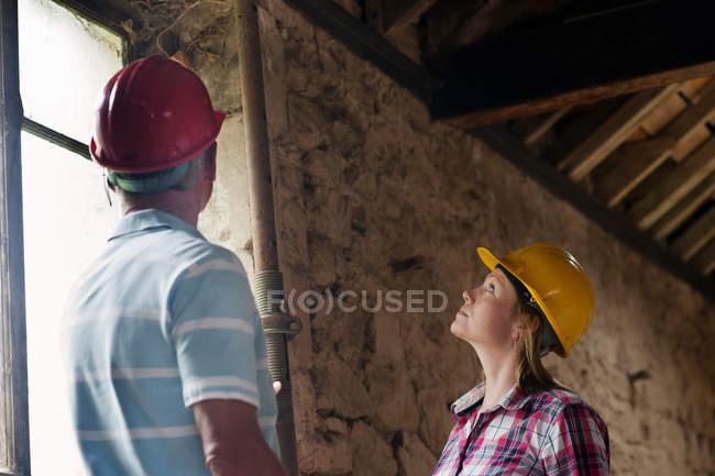 Строительные рабочие, изучения трубы — стоковое фото