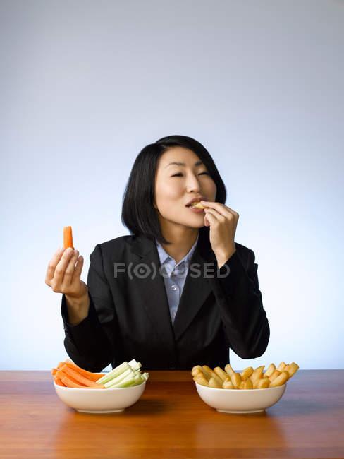 Imprenditrice decidere cosa mangiare, concentrarsi sul primo piano — Foto stock