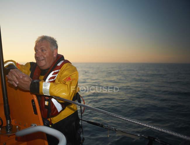 Портрет взрослого человека, экипаж спасательной шлюпки в море — стоковое фото