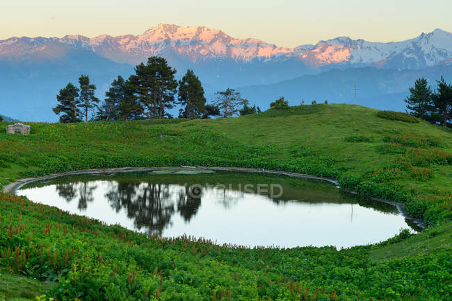 Stagno e montagna di Ushba — Foto stock