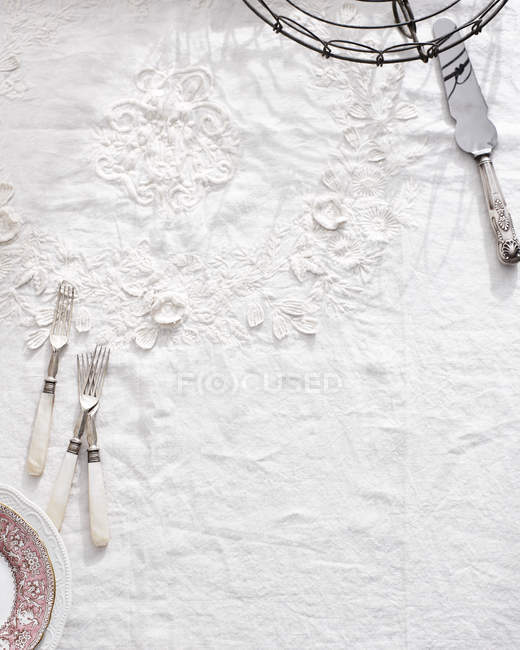 Coutellerie sur nappe traditionnelle blanche — Photo de stock