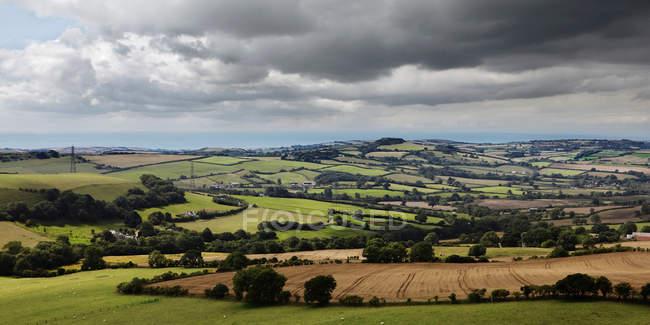 Campagna rurale con nuvole drammatiche — Foto stock