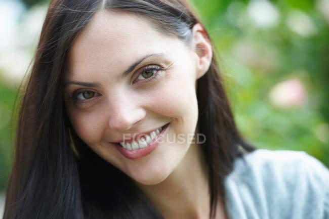 Close up de jovem mulher sorridente ao ar livre — Fotografia de Stock