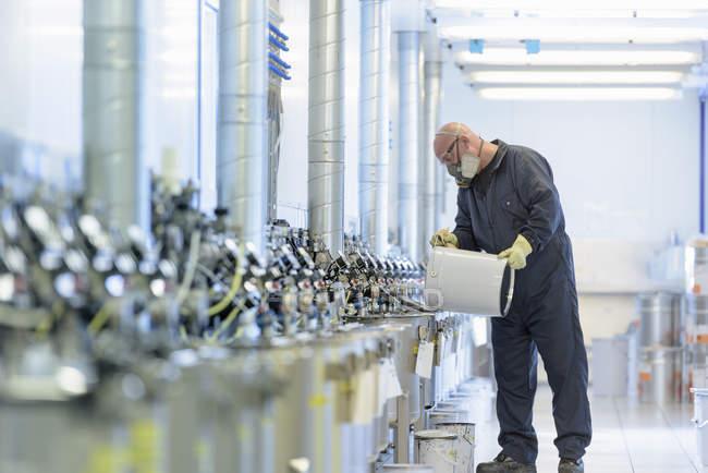 Mezcla de pintura en la fábrica de pinturas de pulverización de piezas de automóviles - foto de stock