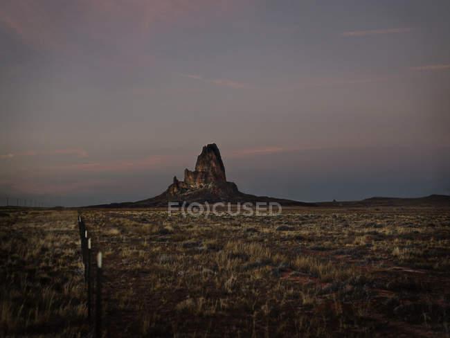 Felsformation in grasbewachsenen Wüste — Stockfoto