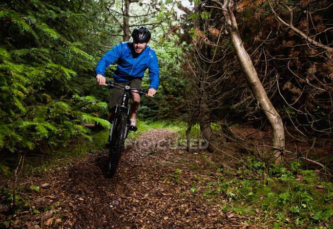 Homem mountain bike no caminho da sujeira — Fotografia de Stock
