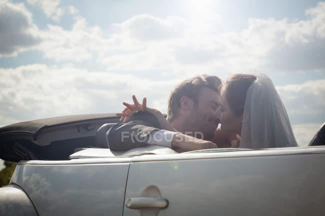 Brautpaar vor Kuss im Cabrio — Stockfoto